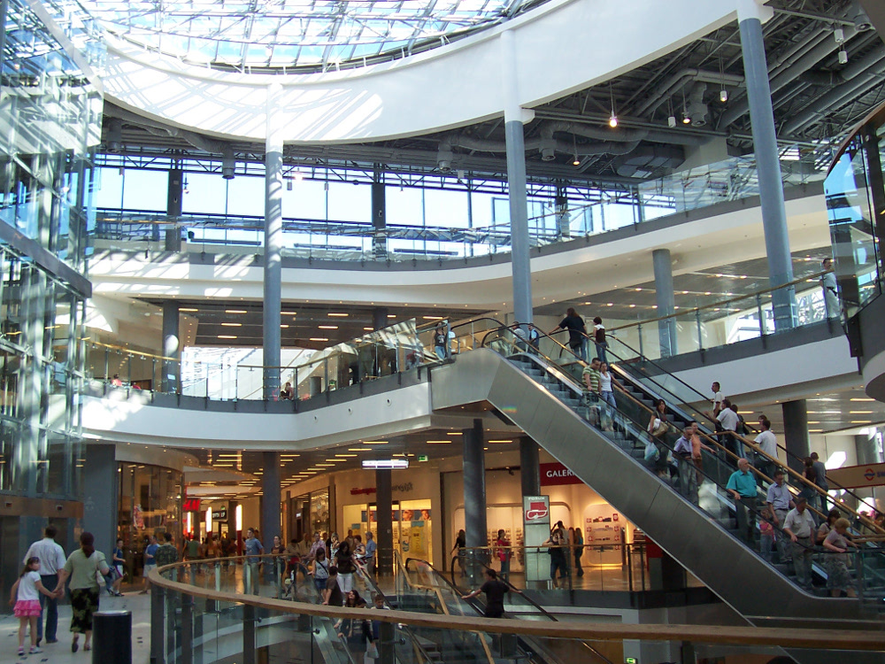 widok na schody oraz sklepy znajdujące się wewnątrz Forum Gliwice